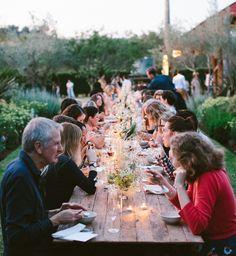Gezellige drukte op het tuinfeest... Toch leuker met een echte boolplank van 6 meter lang als tafelblad! - verhuur exclusief feestmeubilair via eikenstamtafel.be - fotografie: Luisa Brimble
