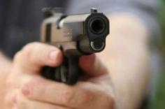 Uno de dos presuntos delincuentes resultó con herida de bala en una pierna por un mensajero que se resistió al ser asaltado,  momentos en que prestaba servicios en una de las bancas de