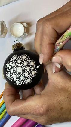 Painted Christmas Ornaments, Diy Christmas Ornaments, Christmas Art, Christmas Crafts, Mandala Art Lesson, Mandala Drawing, Christmas Mandala, Dot Art Painting, Mandala Dots