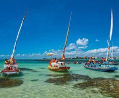Quando a maré baixa, jangadas partem da Praia Pajuçara em direção às piscinas naturais de água cristalina