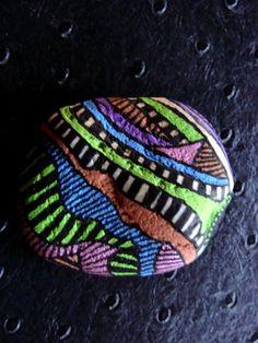 56, Galet peint à l'acrylique dans les tons marron, vert pomme, bleu, rose métallisé, mauve et noir