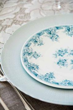 nydelig skyblå #borddekking #vintage #table setting Plates And Bowls, Table Settings, Vintage Table, Tableware, Dinnerware, Dishes, Place Settings, Serveware, Table Arrangements