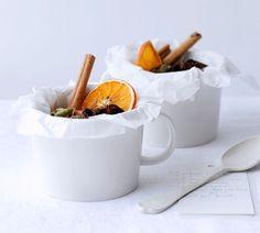 Homemade sweet and spicy chai tea Yummy Drinks, Healthy Drinks, Homemade Chai Tea, Beste Cocktails, Edible Gifts, Bacardi, My Tea, Sweet And Spicy, High Tea
