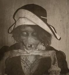 Scary, Haunting Vintage Pics from the Spooky Olden Days. Creepy Old Photos you'll love in a terrifying way. Arte Horror, Horror Art, Creepy Pictures, Funny Pictures, Funny Pics, La Danse Macabre, The Dark Side, Creepy Horror, Chill
