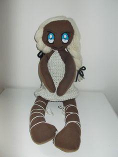 Bambola eseguita con stoffe e fili di recupero, dipinta a mano.