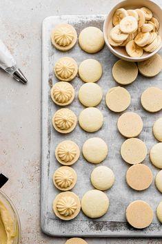 Banana Cream Pie Macarons - cambrea bakes Macaron Filling, Macaron Flavors, Macaron Recipe, Macaron Cookies, Macaroons, Cream Pie Recipes, Chocolate Shells, Vanilla Custard, Banana Cream