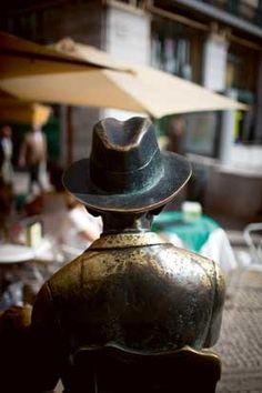 As costas de Fernando Pessoa.  Estátua do poeta no Chiado.   Foto de Miguel Manso