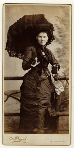 A Fashionable Woman and Her Parasol in St Catharines Ontario Canada Cab Card Vintage Photos Women, Vintage Pictures, Vintage Ladies, Edwardian Fashion, Vintage Fashion, Victorian Women, Victorian Dresses, 19th Century Fashion, Romantic Pictures