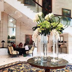 Apart from the warm welcome of our guest relations team, these elegant white orchids beautifully greets you at our lobby. - at Island #ShangriLa, #HongKong. #shangrilaflowers