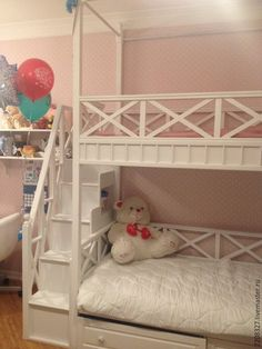 Изящная белая двухъярусная кровать с просторными спальными местами, эргономичной лестницей, удобной и практичной системой хранения станет поистине любимым предметом мебели в детской комнате.