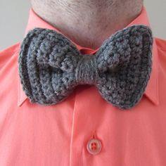 Learn how to crochet a bow tie in a few minutes with this free pattern! thanks so xox ☆ ★ www.pinterest.com... Sie inetessieren sich für den einzigartigen Gentleman Look? Schauen Sie im Blog vorbei www.thegentlemanclub.de