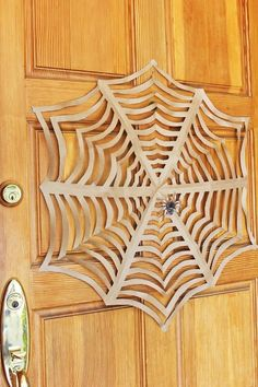 Halloween Craft: Learn how to make GIANT Kirigami Spider Webs! Use them for Halloween decorations. Easy project to downsize for little ones to do too! Recetas Halloween, Halloween Food Crafts, Homemade Halloween, Halloween Projects, Spirit Halloween, Holidays Halloween, Halloween Decorations, Halloween Costumes, Halloween Halloween