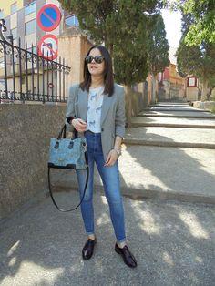 GRAY OUTFIT  - Temporada: Primavera-Verano - Tags: WORKING,  - Descripción: Blazer gris, blusa blanca, jeans, zapatos masculinos en color granate (para darle color al look) y maxy bag en gris.  #FashionOlé