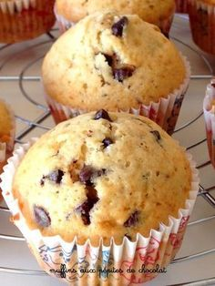 I said to myself, I'm going to test this new recipe but it's still simple chocolate chip muffins like we see everywhere on the net. Well no, it's probably the best chocolate chip muffin recipe I've ever tasted! Donut Muffins, Cinnamon Muffins, Muffin Recipes, Cupcake Recipes, Dessert Recipes, Beignets, Tea Cakes, Cupcake Cakes, Best Chocolate Chip Muffins
