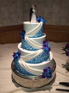 Classic Blue Wedding Cakes To Blow Your Mind Away Peacock Wedding Cake, Cool Wedding Cakes, Beautiful Wedding Cakes, Wedding Cake Designs, Wedding Cake Toppers, Beautiful Cakes, Amazing Cakes, Dream Wedding, Square Wedding Cakes