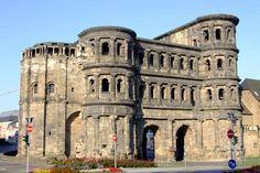 Limponente porta risale al 180 circa, in unepoca in cui i Romani realizzavano spesso edifici pubblici con grandi blocchi in pietra (il più grande d...