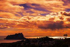 Benissa kust, zicht op de Ifach rots van Calpe bij zonsondergang