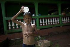 Niño garífuna en laguna de Perlas (UNICEF/Nicaragua-2012/ M. Dormino)