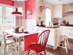 Una #cocina cálida y familiar en blanco y rojo #office