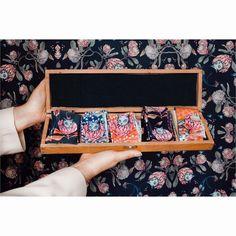 ¿Cuál es tu preferido? De izquierda a derecha 👉🏻👉🏻👉🏻👉🏻👉🏻Lazo Protea Verde - Cyan - Rojo -  Azul - Vintage. . . . . . Hasta el domingo inclusive 3 cuotas sin interés y montón de pañuelos Clásicos con descuento ♥️♥️♥️ en nuestra tienda online 💪🏻 . . . . . #sofialapenta #estampasparalupa #animallover #catlover #fashion #fashiondesign #drawing  #surrealism #arte #sketchbook  #work #artwork #studio #visualsoflife #poetryofsimplethings Azul Vintage, Cat Lovers, Studio, Drawings, Artwork, Fashion Design, Red, Green, Domingo