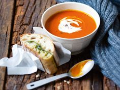 Kürbis-Tomaten-Suppe mit Pesto-Ciabatta