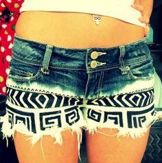 DIY-Sommershort  Die Beine einer alten Jeans abschneiden und zur hälfte in Bleiche legen bis die Shorts weiß ist. Separat waschen, trocknen und anschließend mit Textilstiften bemalen