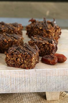 This HEALTHY OAT & DATE SLICE is so quick and easy to prepare! Filled with oats, chia seeds and dates… it's the perfect clean eating treat! Cookies Healthy, Healthy Cake, Healthy Dessert Recipes, Healthy Baking, Healthy Desserts, Baking Recipes, Delicious Desserts, Yummy Food, Healthy Foods