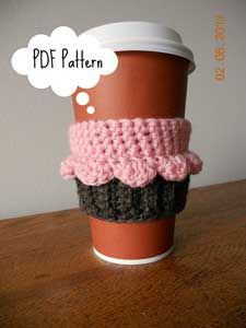 Cupcake Coffee Cozy: Crochet for your coffee cup! 10 free #crochet coffee sleeve patterns to make today! Great for gifts and keeping fingers safe! ♥
