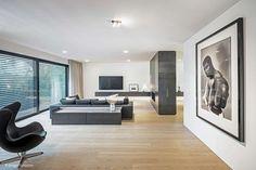 Das Farbkonzept von Weiß und Schwarz wurde bis ins Interieur konsequent weitergeführt Villa, Large Homes Exterior, Design Case, House Floor Plans, Contemporary Style, Frankfurt, Interior Architecture, House Design, Living Room