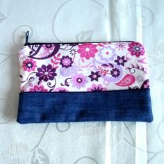 Trousse plate en jean recyclé bleu et coton écru à motifs fleuris mauves et rose  doublée en coton moiré prune
