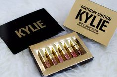 Earlier this month Kylie Cosmetics launched a limited edition collection in honor of Kylie Jenner's birthday! The Birthday Edition collection included Kylie Holiday Edition, Kylie Birthday Edition, Kylie Jenner Lip Kit, Kylie Lips, Kylie Jenner Birthday Collection, Makeup Materials, Batons Matte, Kylie Cosmetic, Liquid Lipstick