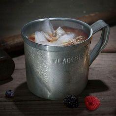 Unser Drink-Tipp zum Wochenende: Vladimir Koslowskis Red Knuckle  5 cl Rumble Harbor mit #schweppes Russian Wild Berry und Eiswürfeln auffüllen  schickt Dich brutal in die Seile. Ring frei!  Rumble Harbor und Koslowskis Becher nur in unserem Webshop erhältlich.  #rumbleharbor #copperandbrave #rum #drink #cocktail #bar #barkeeper #bartender #spicedrum #rezepte #recipes #mixology #lifestyle #craftspirits #schweppes @schweppes_de Brave, Moscow Mule Mugs, Berry, Copper, Cocktail, Instagram, Tableware, Ropes, Bartenders