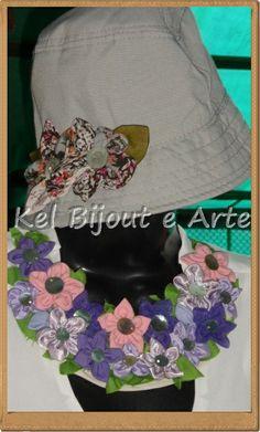 maxi colar de flores de tecido e chapéu com flores de fuxico