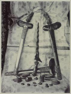 Balinese krissen, armbanden, ringen en oorknoppen Indonesian Art, Dutch East Indies, Balinese, Vintage Pictures, Asian Art, Old Photos, Concept Art, Java, History