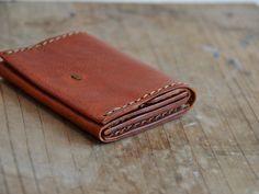 メイン財布としても使える。小銭入れとは言いつつも、カード入れが独立しており、使い方次第では、そこにお札を入れて、メイン財布として使用する事も可能です。