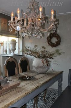 Chandeliers go with EVERYTHING!  Magnifique cette table