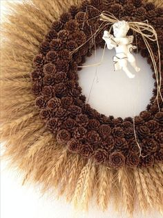 Simple and popular christmas decorations 00 00009 Pine Cone Art, Pine Cone Crafts, Pine Cones, Acorn Crafts, Fall Crafts, Holiday Crafts, Deco Champetre, Christmas Yard Decorations, Diy Wreath