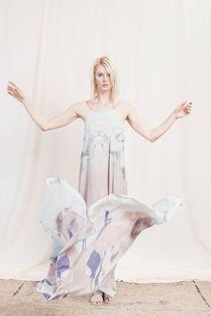 extravagantes, zerowaste Abendkleid mit Digitaldruck in Pastelltönen