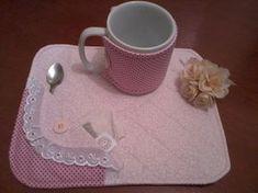 tapetinho em tecido de algodão com bordado ingles. capinha protetor de caneca. Não acompanha a caneca.