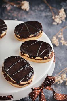"""Nu cred că există gălăţean, indiferent de vârsta lui, care să nu fi gustat prăjitura Siret şi să nu o recunoască ca pe un adevărat brand al oraşului.Siretul este ceea ce orice gălăţean plecat în lumea largă îţi va cere când îl întrebi: """"ce să-ţi trimit bun de acasă?"""". Mai în glumă, mai în serios, … … Continue reading → Sweets Recipes, Cookie Recipes, Desserts, Dessert Drinks, Dessert Ideas, Something Sweet, Biscotti, Panna Cotta, Cheesecake"""