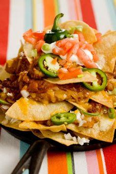 NACHOS: 1 à 2 paquets de chipTortillas, cheddar, 4 escalopes de poulet ou du boeuf haché, 3 poivrons, 2 tomates, 2 oignons, épices mexicaines, huile d'olive, guacamole, crème fraiche, jalapenos. YUM YUM!