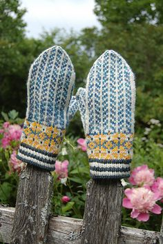 Midsomer Mittens by Mary O'Shea - free till end of June. Mittens Pattern, Knit Mittens, Knitted Gloves, Knitted Bags, Knitting Projects, Knitting Patterns, Crochet Stitches, Knit Crochet, Norwegian Knitting