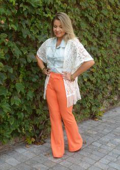 Série Versatilidade – Calça Laranja e Camisa Jeans