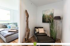 Das Schlafzimmer ist ein zwei Bereiche unterteilt. Ein Ankleidebereich und der dahinter liegende Platz für das Bett.
