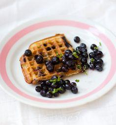 Mustikka-kookosvoihvelit (Suolaa ja hunajaa -blogista)