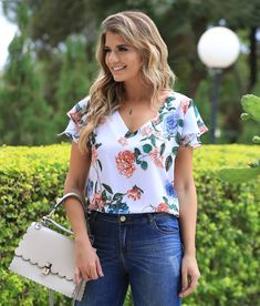 Image may contain: 1 person, standing and outdoor Blazer Outfits Casual, Cool Outfits, Fashion Outfits, Blouse Styles, Blouse Designs, Summer Blouses, Casual Chic, Blouses For Women, Clothes