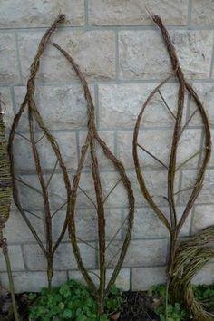 Dünne Weidenruten band ich mit Wickeldraht um eine etwas stabilere, jedoch biegsame Rute, welche ich vorsichtig in eine bauchige Sichelform bog. Die unteren Enden von zwei dieser 'Blattsicheln' befestigte ich gegenüberliegend mit Draht an einem etwas dickeren Zweig. Die Spitze des geraden Mittelzweiges und die oberen Enden der bauchig abstehenden …