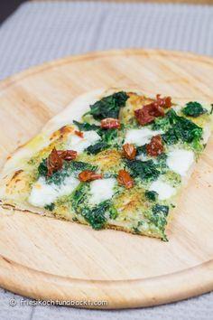 Rezept für eine verboten leckere Pesto-Spinat Pizza mit getrockneten Tomaten und Knoblauch. Vegetarisch und glücklich machend... Healthy Baked Chicken, Baked Chicken Recipes, Veggie Recipes, Vegetarian Recipes, Healthy Recipes, Healthy Cooking, Cooking Recipes, Deli Food, Good Food