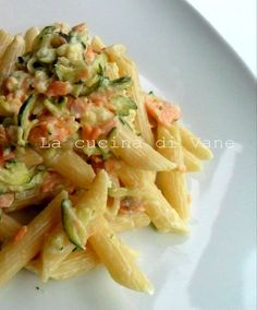 pasta con robiola salmone e zucchine, ricetta primo piatto facile da fare, primo piatto leggero e gustoso