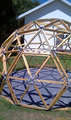 Resultado de imagem para stratodesic wood and membrane dome – paper craft – Ansicht Geodesic Dome Greenhouse, Geodesic Dome Homes, Diy Greenhouse, Dome Structure, Garden Design, House Design, Dome House, Backyard, Patio